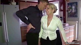 Mutter schleppt fremden Typen auf Party ab zum Ficken