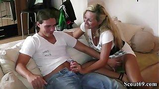 Deutsche Amateur MILF Bi Jenny hilft 18 Jahre alten Jungen mit Fick